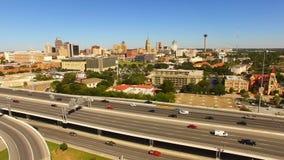 Hef omhoog over San Antonio Texas Rush Hour Highway op stock videobeelden