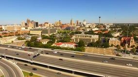 Hef omhoog over San Antonio Texas Rush Hour Highway op stock video