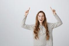 Hef uw hand op als u idee hebt Studio van positieve aantrekkelijke jonge vrouw die met transparante glazen wordt geschoten dat be stock afbeeldingen