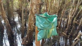 Hef voorlichting van milieubescherming in bos met eenvoudige afvalbakken op royalty-vrije stock afbeeldingen