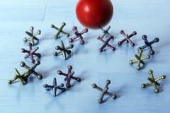 Hefbomen op Blauwe Lijst en Rode Rubberbal stock afbeeldingen