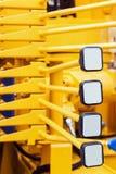 Hefbomen van beheer van bouwmateriaal op de tractor, t royalty-vrije stock afbeelding