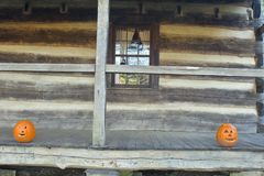 Hefboom-o-lantaarns op een houten portiek royalty-vrije stock afbeelding