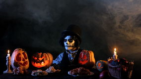 Hefboom O'lantern die Snoepjes eten stock videobeelden