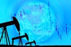 Hefboom van de silhouet de industriële pomp en dalende oliegrafiek op blu Stock Fotografie