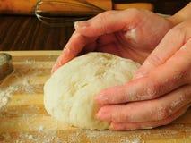 Hefeteig in Bäcker ` s Händen Stockfoto