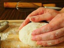 Hefeteig in Bäcker ` s Händen Lizenzfreie Stockbilder