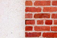 Heft-Backsteinmauer mit Betonmauer-Hintergrund stockfoto