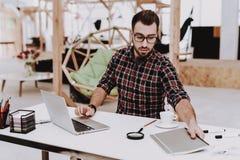 heft projekt Laptop sit geistesblitz jung stockfotos