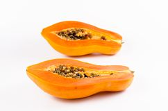 Heft zwei der frischen Papaya lokalisiert auf weißem Hintergrund stockfoto