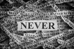 Heftige Blätter Papier mit den Wörtern nie lizenzfreies stockbild