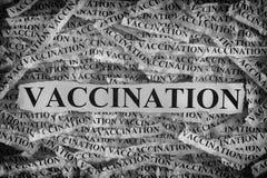 Heftige Blätter Papier mit Wort Schutzimpfung Stockfoto