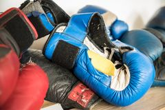 Heftige Boxhandschuhe Konzept - Weise zum Erfolg lizenzfreies stockfoto