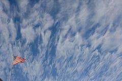 Heftige Flagge mit Wolken