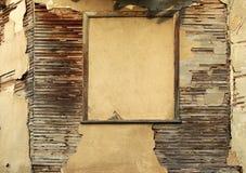 Heftige hölzerne Planken und Gips des luftgetrockneten Ziegelsteines auf Wand des alten Hauses Stockfotos