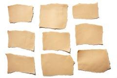 Heftige oder zerrissene Blätter Papier des wirklichen braunen Papiers der Sammlung im weißen Hintergrund Stockfotos