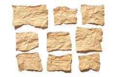 Heftige oder zerrissene Blätter Papier des wirklichen braunen Papiers der Sammlung im weißen Hintergrund stockfotografie