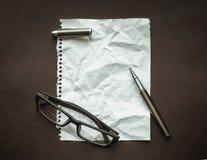 Heftiger Faltenpapierhintergrund Stockfotos
