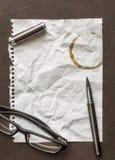 Heftiger Faltenpapierhintergrund mit Kaffeefleck Lizenzfreie Stockfotografie