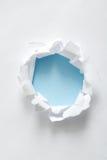 Heftiger Papierkreis auf Blau Stockbilder