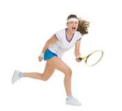 Heftiger Tennisspieler, der Kugel schlägt Lizenzfreie Stockfotografie