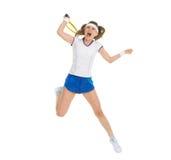 Heftiger Tennisspieler springen, um Kugel zu schlagen Stockfotos