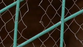 Heftiges weißes Gitter auf dem Zaunzeitlupevideo stock video