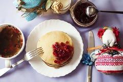 Heftklammer von Hefepfannkuchen, traditionell für russische Pfannkuchenwoche Stapel von goldenen Pfannkuchen des Weizens oder von Stockbilder