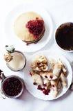 Heftklammer von Hefepfannkuchen, traditionell für russische Pfannkuchenwoche Stapel von goldenen Pfannkuchen des Weizens oder von Lizenzfreies Stockfoto