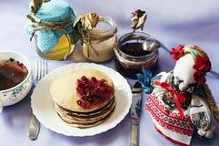 Heftklammer von Hefepfannkuchen, traditionell für russische Pfannkuchenwoche Stapel von goldenen Pfannkuchen des Weizens oder von Lizenzfreie Stockfotos