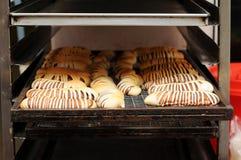 Heiß-und-frisch-Brot-zusammenbacken-auf-Kühler Zahnstange Lizenzfreies Stockfoto