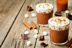Heiße dunkle Schokolade mit Schlagsahne, Zimt und gesalzenem caram Stockbilder