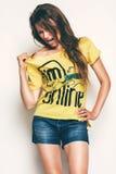 Heiße Frau im gelben T-Shirt Lizenzfreie Stockfotos