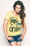 Heiße Frau im gelben T-Shirt und in den kurzen Hosen Lizenzfreie Stockfotografie