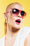 Heiße Frau mit den rosa Lippen und rosa Sonnenbrille Lizenzfreie Stockfotos
