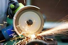 Heiße Funken an reibendem Stahlmaterial schleifer Stockbild