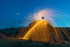 Heiße Funken von spinnender Stahlwolle lizenzfreies stockfoto