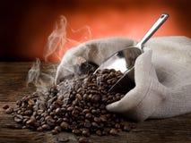 Heiße gebratene Kaffeebohnen stockfoto