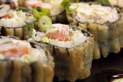 Heiße gebratene Sushi-Rolle mit Garnele, Gurke und Käse Philadelphia Sushimenü Japanische Nahrung Stockfotos