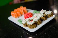 Heiße gebratene Sushi-Rolle mit Lachsen, Aal, Kalbkaviar und Käse Sushimenü Japanische Nahrung Stockbild