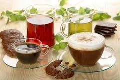 Heiße Getränke mit Plätzchen Stockbilder