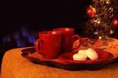 Heiße Getränke und pulverisierte Zuckerschaumgummiringe durch das Feuer Lizenzfreies Stockbild