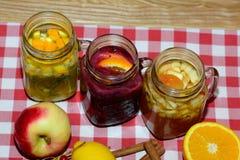 Heiße Getränke Zitrusfrucht-Ingwertee, Apfelwein, Beerefruchttee mit Beeren und Früchte Stockfotografie
