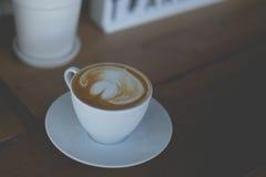 Heiße grüner Tee Lattekunst auf dem Holztisch Stockfoto