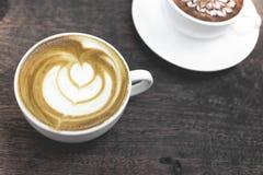 Heiße grüner Tee Lattekunst auf dem Holztisch Stockbild