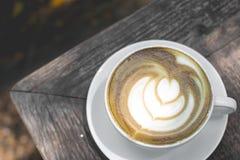 Heiße grüner Tee Lattekunst auf dem Holztisch Lizenzfreies Stockbild