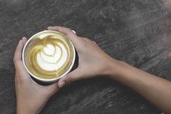 Heiße grüner Tee Lattekunst auf dem Holztisch Lizenzfreie Stockbilder