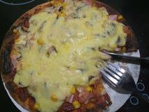 Heiße käsige Pizza mit Tischbesteck stockfoto