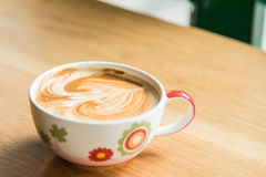 Heiße Kaffee-Kunst auf hölzerner Tabelle Lizenzfreies Stockbild
