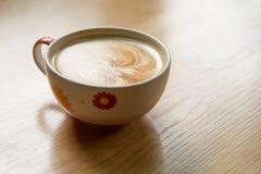 Heiße Kaffee-Kunst auf hölzerner Tabelle Stockbilder